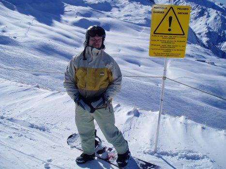 Yksi hiihtopäiväkin reissuun mahtui. Kuvassa Mikko Sammalkivi, terapeutti. Euroopassa parhaat rinteet merkitään tällaisilla kylteillä.
